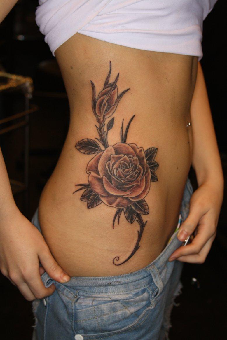 tatuajes-cadera-flores
